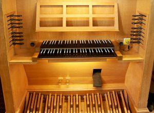 Spieltisch der Vier-Orgel